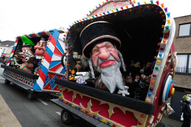 Joodse karikaturen tijdens de carnavalsoptocht in het Belgische stadje Aalst.  Beeld EPA