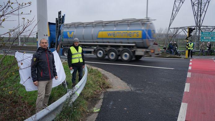 Jan Verhavert en Geert Verstraeten met een wit spandoek op de plaats waar vorige week de 67-jarige Paul Soetens om het leven kwam.
