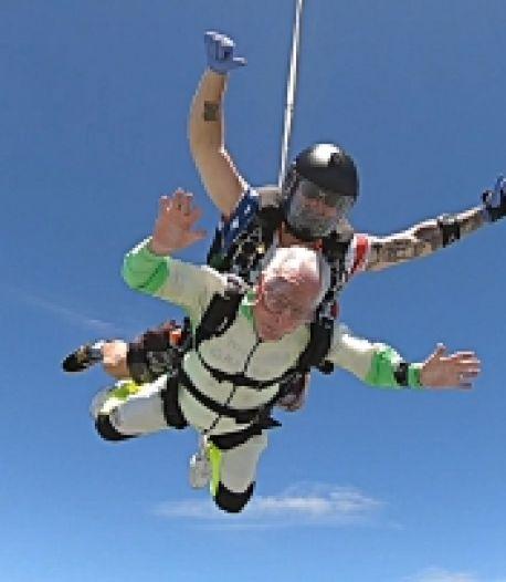 À 103 ans, il devient la personne la plus âgée au monde à effectuer un saut en tandem