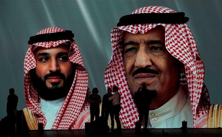 De Saudische koning Salman (rechts) en kroonprins Mohammed bin Salman afgebeeld op een grote poster.