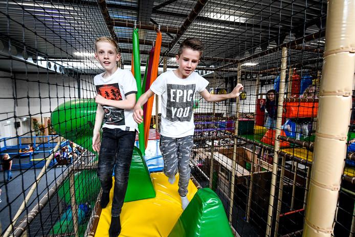 Twee kinderen vermaken zich prima in het drukke Monkey Town in Delfgauw.