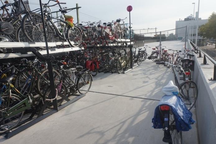Station Tilburg op maandagochtend: buiten de rekken parkeren mag niet, maar wordt even door de vingers gezien.