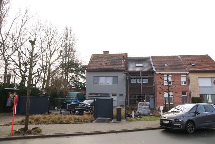 Enkele huizen verder waren arbeiders bezig met roofingwerken.