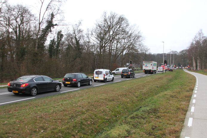 Automobilisten kunnen door defecte spoorwegovergangen niet verder, zoals hier bij Holterweg-N344.
