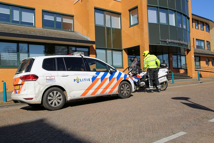 De politie arriveert bij het gemeentehuis in Mijdrecht in verband met de mishandeling van een beveiliger.