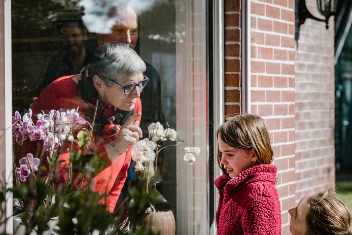Isa Kramer op bezoek bij opa Dick en oma José van Heusden. Vanwege het coronavirus mag ze niet naar binnen.