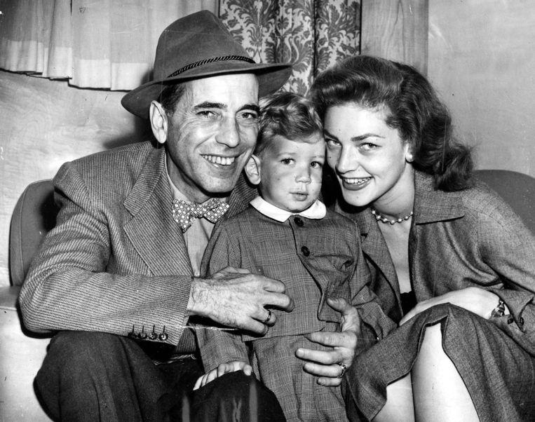 1951, Bogart en Bacall met zoontje Stephen. Beeld getty