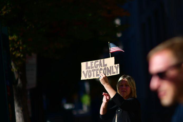 """""""Un récent sondage montre que 74 % des républicains pensent que les élections n'ont été que peu ou pas du tout équitables. Le message martelé par Trump depuis plusieurs semaines est donc largement soutenu."""""""