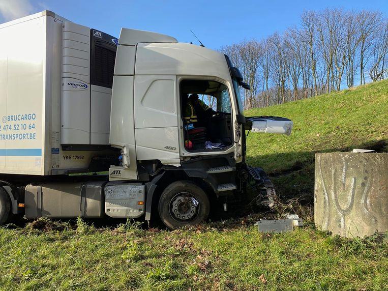 De vrachtwagen kwam tot stilstand in de berm van de A12 tegen een rioolput.