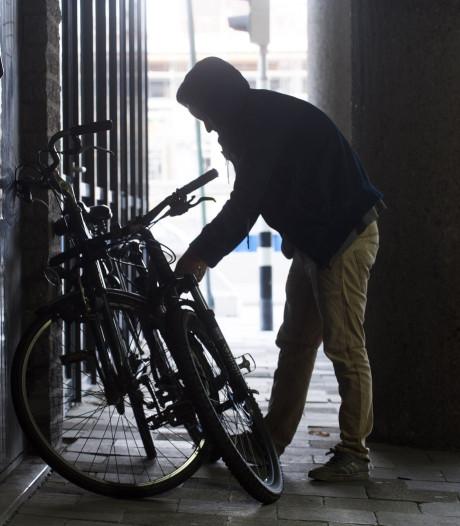 Fietsendief (56) probeert kettingslot met stoeptegel kapot te slaan in Breda, omstander ziet alles gebeuren