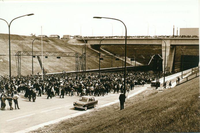 """Volkstoeloop op 31 mei 1969 voor de opening van de Kennedytunnel. Bedenking van Urbanus: """"Ze haddende Kennedytunnel dus beter de Marilyn Monroe-tunnel genoemd. Moet toch een fijn gevoel geven om daar in te mogen rijden met uw Ferrari."""""""