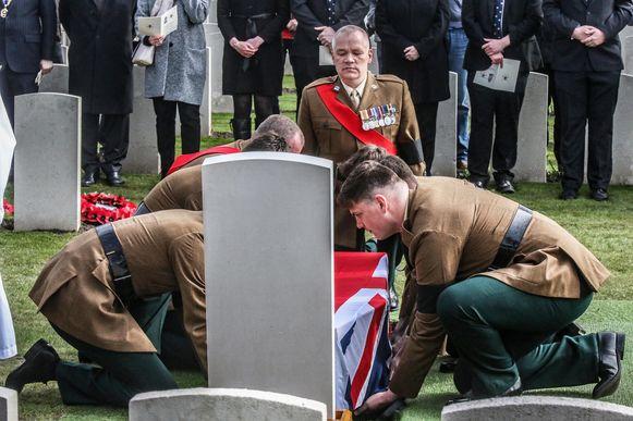 De begrafenis van twee onbekende soldaten in het CWGC Messines Ridge British Cemetery in Mesen.