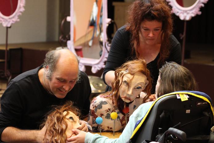 Elco van Alphen en Margo Lötters van theater De Lachende Zon tijdens de voorstelling Spiegel