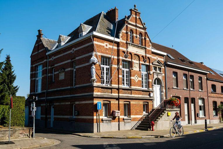 Het oud-gemeentehuis in Waarloos werd opgetrokken in 1903.