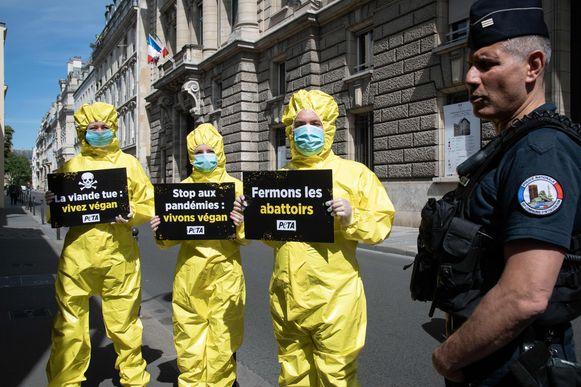 Leden van dierenorganisatie PETA voerden maandag actie aan het Franse ministerie van Landbouw in Parijs. Zij willen de slachthuizen dicht.