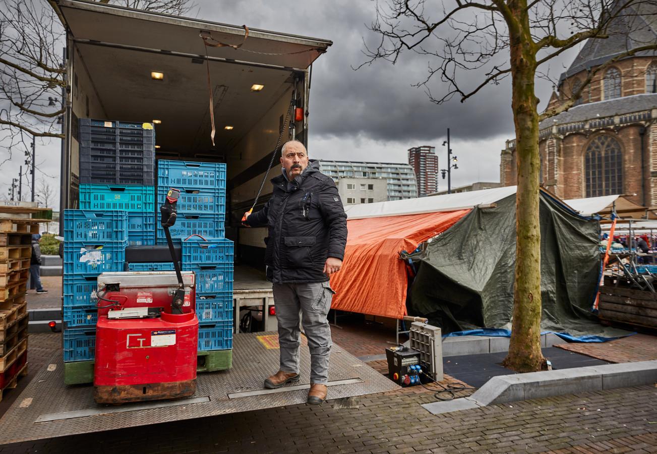 Bayram Arslan laadt zijn vrachtwagen in op de Binnenrotte. Hij heeft een groentekraam op verschillende markten in de stad, maar kan na zijn werk zijn wagen nergens kwijt.