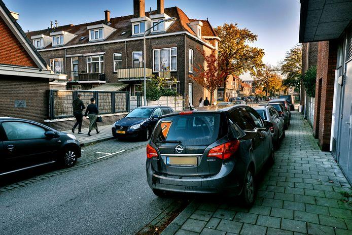 Op zondag staan de Bilderdijkstraat en omgeving bomvol auto's van kerkgangers. Ook buiten de vakken staan auto's.