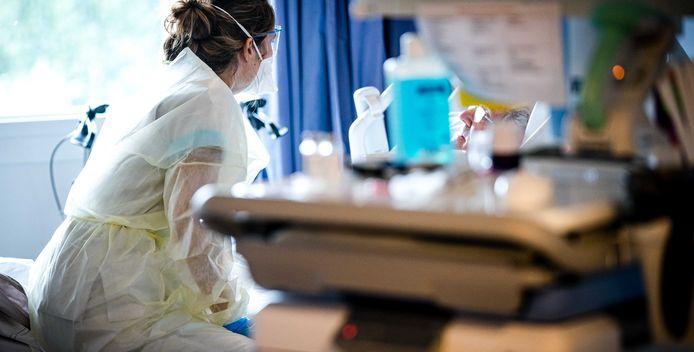 De verpleging van een coronapatiënt op de cohortafdeling van het Elisabeth TweeSteden Ziekenhuis (ETZ) in Tilburg.