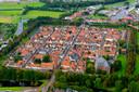 Luchtopname van Elburg-Vesting, met z'n kenmerkende vierkante stratenpatroon.