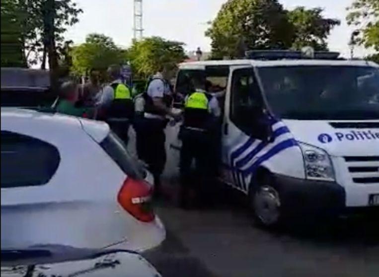De man werd opgepakt en afgevoerd naar het commissariaat.