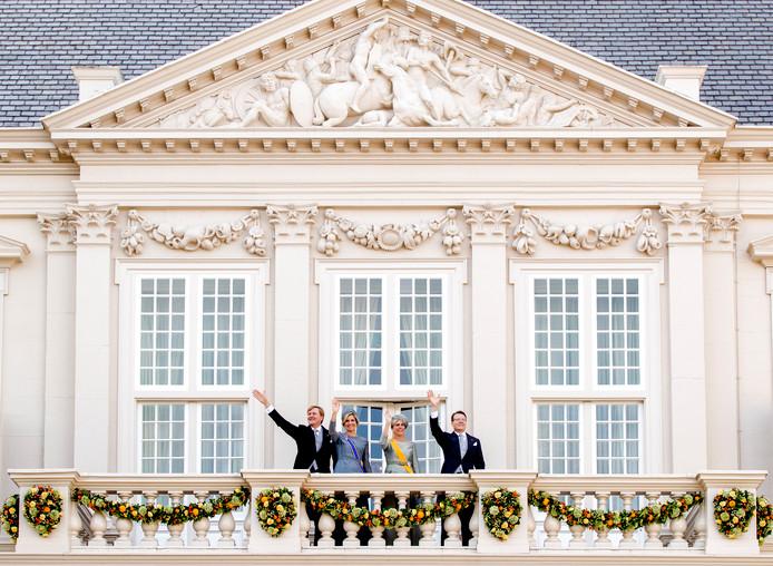 Koning Willem-Alexander, koningin Maxima, prinses Laurentien en prins Constantijn  zwaaien naar omstanders vanaf het balkon bij Paleis Noordeinde op Prinsjesdag.