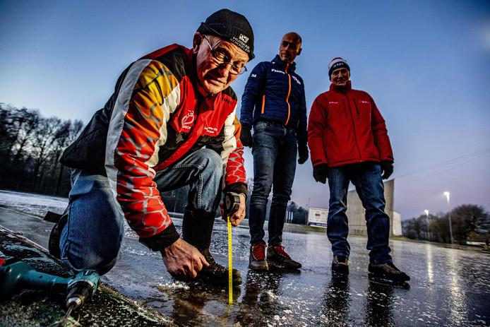Arjan Smit van de KNSB meet de ijsdikte van het ijs van IJs- en skeelercob IJSCH.