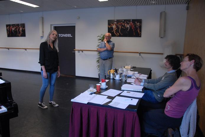 Een van de kandidaten etaleert haar talenten aan zangcoach Steph Breukel(staand), choreograaf Yvonne den Dekker en regisseur Rowdy Pelgrim