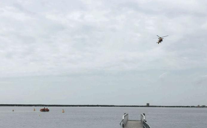 Met reddingshelikopter en enkele boten werd voortdurend gezocht.