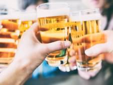 Drinkende klanten in café: burgemeester Ede greep in bij De Kade