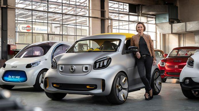 Katrin Adt, de huidige topvrouw van Smart, poseerde eerder deze maand nog trots bij enkele conceptmodellen die de toekomst van Smart moeten duiden. Van links naar rechts de Smarts Vision EQ Fortwo, Forease+, Forvision, Forstars en Fourjoy.