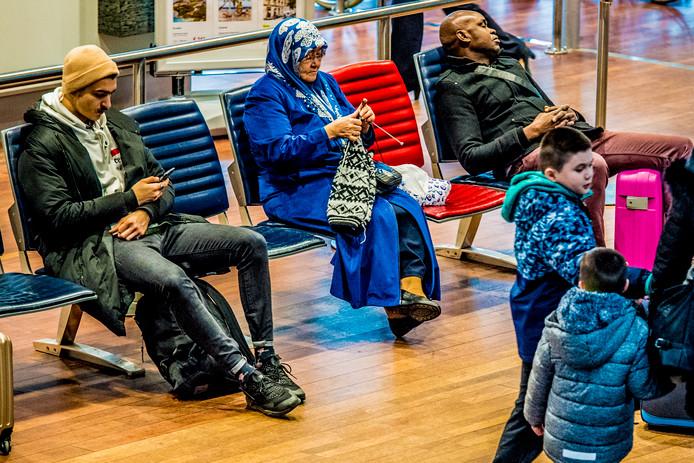 Gestrande reizigers in de wachtruimte van The Hague Rotterdam Airport