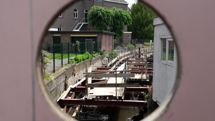 De Molenbeek gezien door het informatiebord op de Kade.