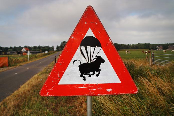 Het bord met een vliegende koe.