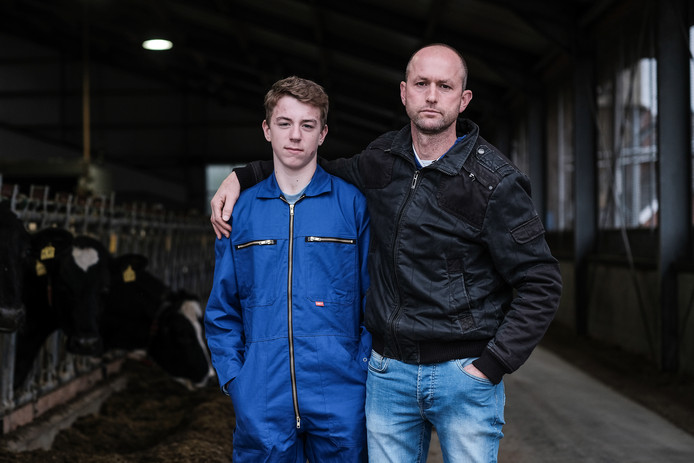 Zelhemse boer Roland Beulink met zijn 13-jarige zoon.