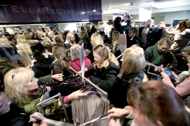 Koopjesjacht in Stockholm. Slechts tien procent van de betalingen in Zweden wordt met cash gedaan. Vandaar dat de Zweedse centrale bank werkt aan een digitale variant van de Zweedse kroon. Beeld Bloomberg via Getty Images