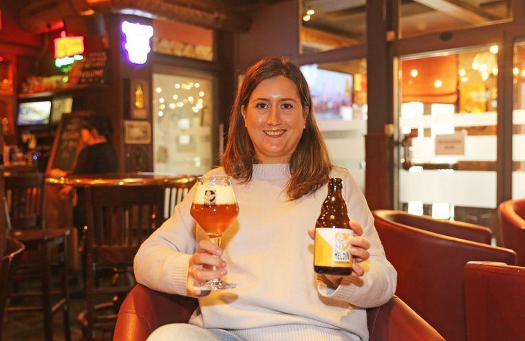 Margaux Van Puyvelde met haar zelf gebrouwen bier Heldin.