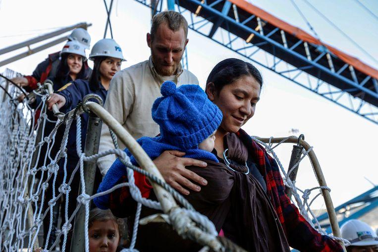 Hannah Gastonguay en haar jongste kind Rahab verlaten de boot die hen naar Chili bracht. Achter haar echtgenoot Sean, onderaan hun 3-jarige dochtertje Ardith. Beeld AP