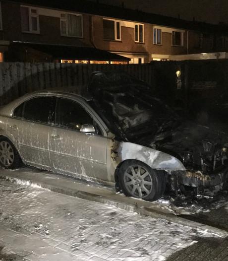 Auto vliegt in brand in Den Bosch door te zware geluidsinstallatie