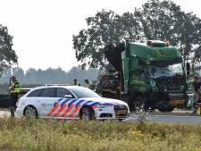 Vrachtwagens botsen op elkaar, Sloeweg urenlang dicht