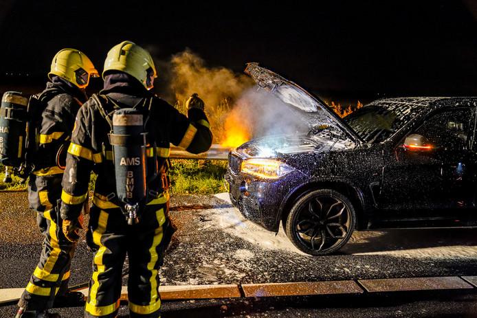 Brandweer bij de autobrand in Waspik.