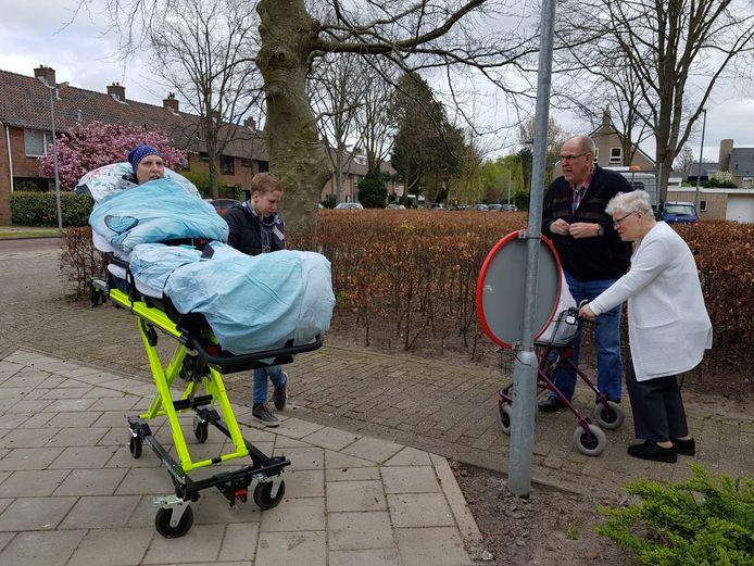 Dankzij Stichting Ambulance Wens uit Rotterdam kon deze moeder met haar zoontje in Alkmaar afscheid nemen van haar ouders in het verzorgingshuis. Buiten en op afstand, want door de coronamaatregelen mocht ze niet naar binnen.