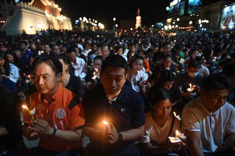 Een wake in de stad Korat in het noordoosten van Thailand, waar een militair zeker 29 mensen heeft doodgeschoten. Beeld AFP