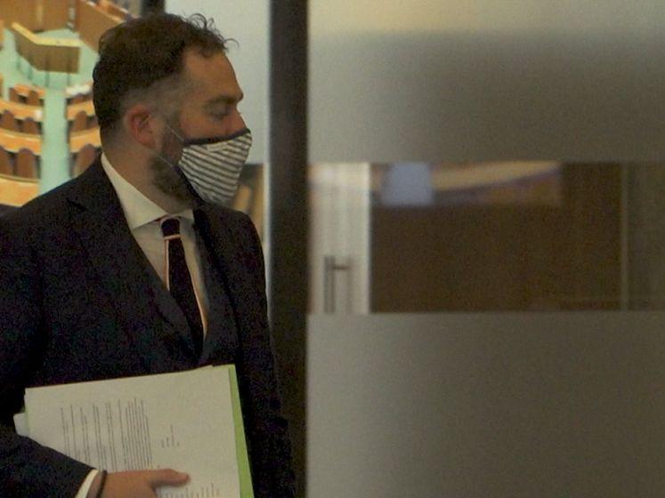 Dijkhoff voegt daad bij het woord over dragen mondkapje