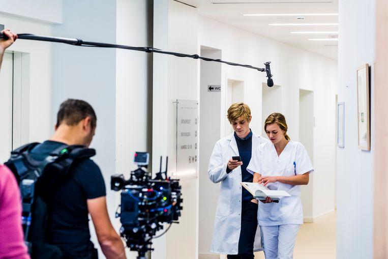 Acteurs Joren Seldeslachts en Line Pillet tijdens de opnames.