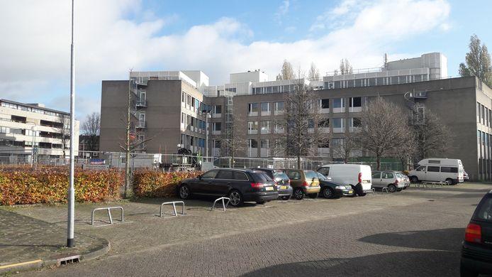 De achterzijde van het voormalige GGD-pand aan de Orthenseweg in Den Bosch. Op eigen (binnen)terrein van het complex van Zayaz komen 90 parkeerplaatsen.