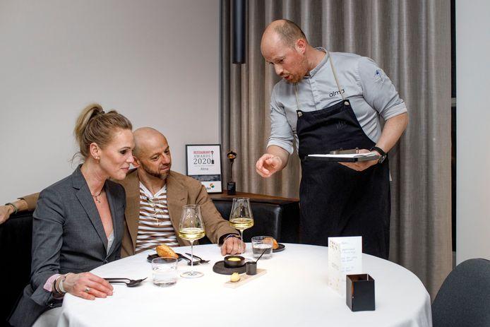 Chef-kok Wouter van Laarhoven van restaurant Alma kondigt een gerechtje aan.
