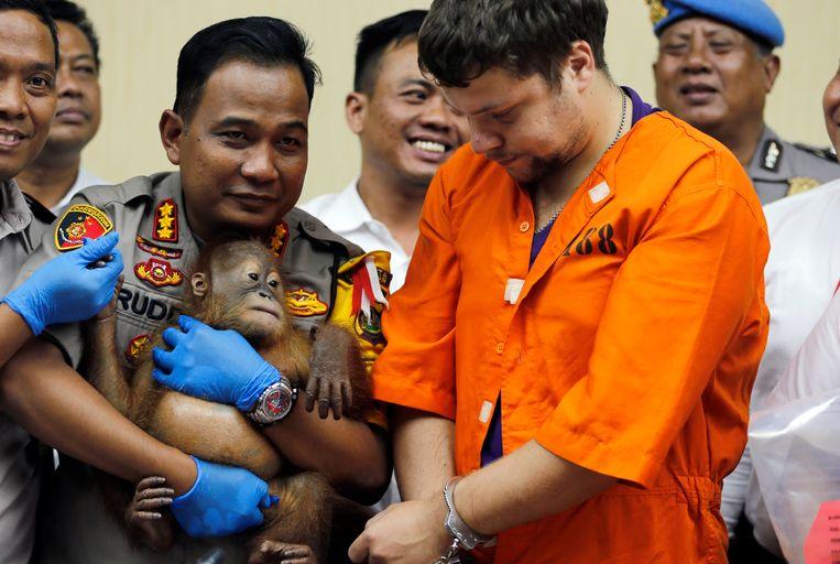 Politiechef Ruddi Setiawan met het aapje en verdachte Andrei Zhestkov op een persconferentie in Bali gisteren.