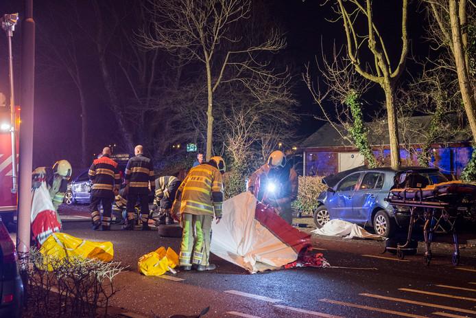 Terwijl hulpdiensten bezig zijn met de afwikkeling van het zware ongeval op de Utrechtsestraatweg in Nieuwegein, heeft de verdachte chauffeur Zouhair C. zich tussen het publiek gemengd en kijkt toe.