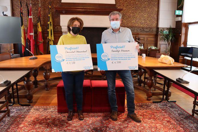 Schepen voor Onderwijs Iefke Hendrickx (N-VA) en schepen voor Afvalbeleid Walter Brat (N-VA) met twee van de cheques