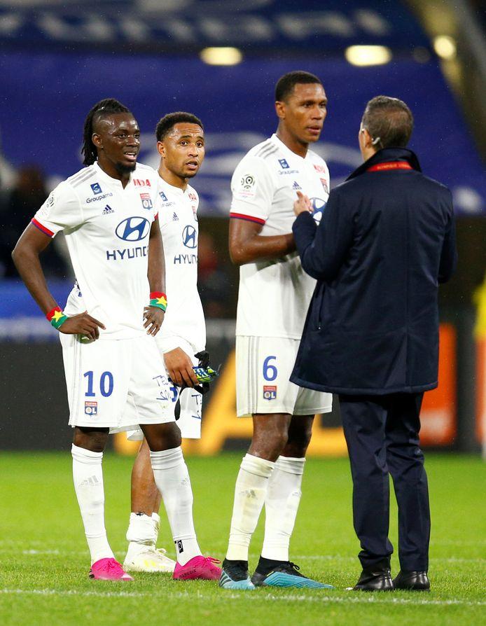 Tete (tweede van links) baalt na het gelijkspel met Lyon.
